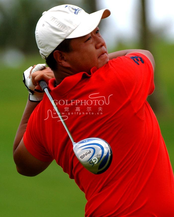 【golftime讯】由中国高尔夫球协会举办的2006年全国职业高尔夫球教练员考试于6月6日-6月9日在海南博鳌亚洲论坛国际会议中心高尔夫球会举行。本次考试共有153名考生正式报到,其中男考生129名,女考生24名。根据比赛规定,两轮总成绩高于180杆的考生将被淘汰。最后男子组有46人取得中国职业教练的资格,女子组共有9人取得中国职业教练的资格。图为辛迪开球。(摄影:golftime老高)